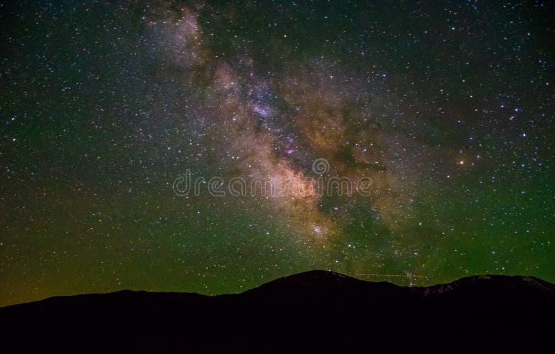 La Via Lattea in aumento sopra le montagne di Colorado fotografie stock