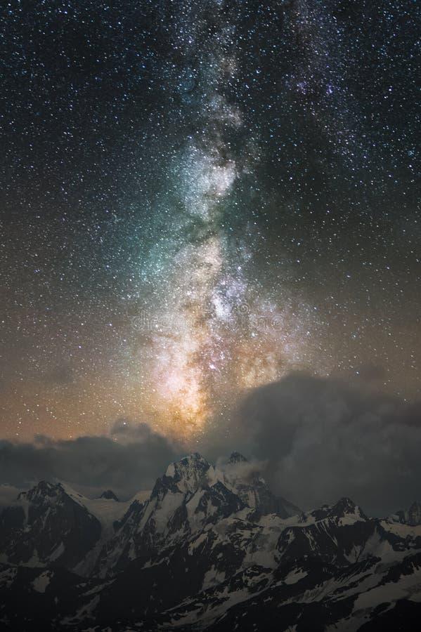 La Via Lattea che va dentro si rannuvola il supporto Ushba nel Caucaso immagini stock