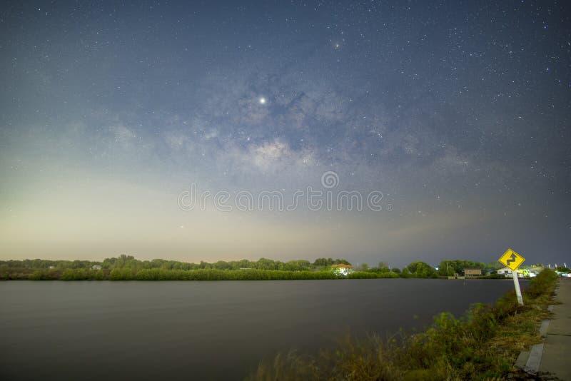 La Via Lattea sopra lo stagno nella campagna fotografia stock