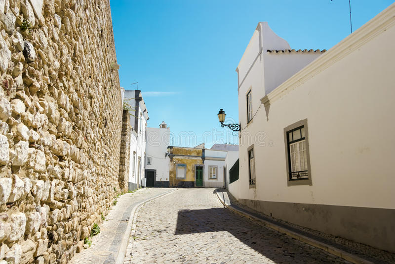 La via nel centro storico di Faro Portogallo fotografia stock libera da diritti