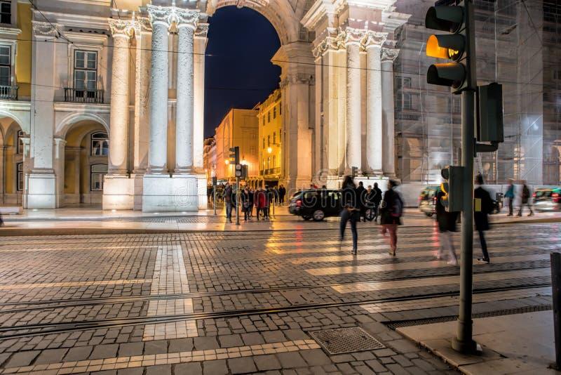 La via nella sera, il Rua Augusta compera, turisti, caffè e ristoranti all'aperto immagine stock