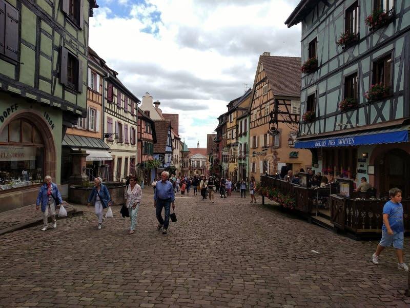 La via principale affascinante di Riquewihr, l'Alsazia, Francia fotografia stock