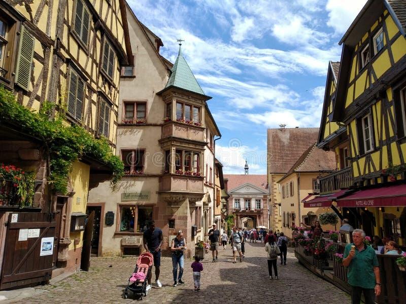 La via principale affascinante di Riquewihr, l'Alsazia, Francia immagini stock