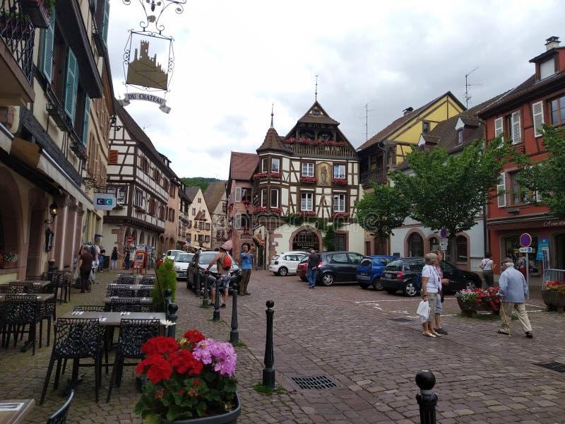 La via principale pittoresca di Kaysesberg, Francia fotografie stock