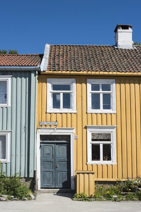 La via residenziale di legno Colourful alloggia Bakklandet Trondeim immagini stock libere da diritti