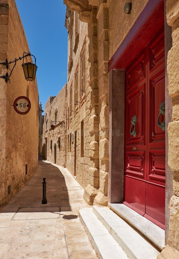 La via stretta di Mdina, la vecchia capitale di Malta fotografia stock