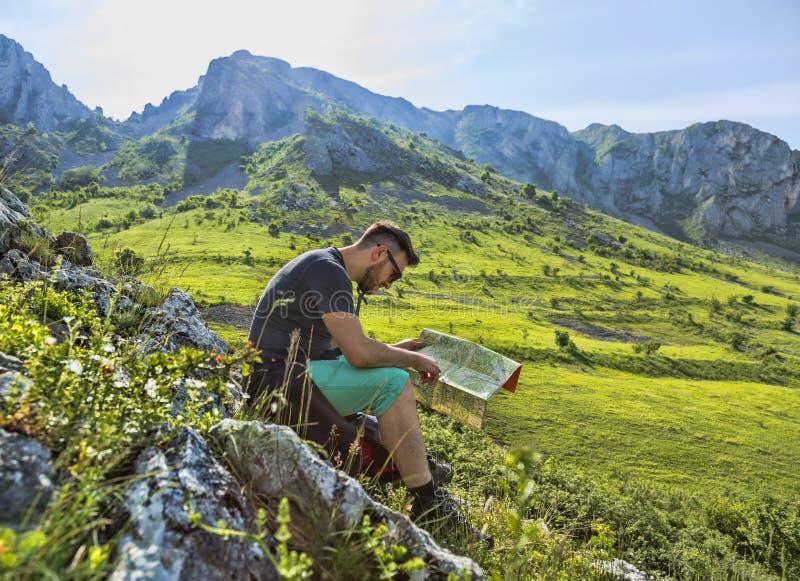 La viandante con una mappa in montagne fotografia stock libera da diritti
