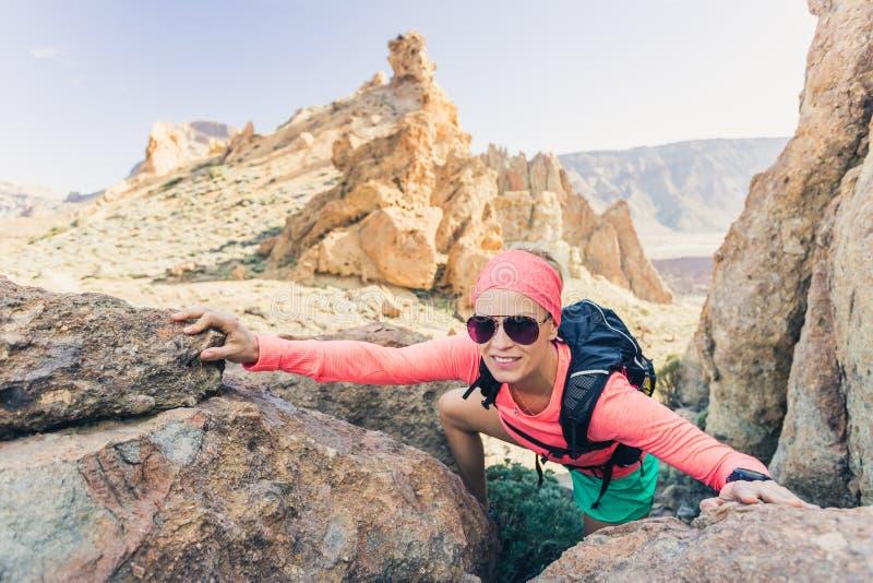 La viandante della donna ha raggiunto la cima della montagna, avventura di viaggiatore con zaino e sacco a pelo immagini stock libere da diritti