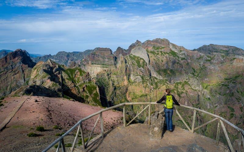 La viandante della donna sta guardando al percorso di Pico Ruivo fotografia stock libera da diritti