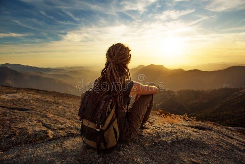 La viandante incontra il tramonto sulla roccia di Moro nel parco nazionale della sequoia, la California, U.S.A. fotografia stock