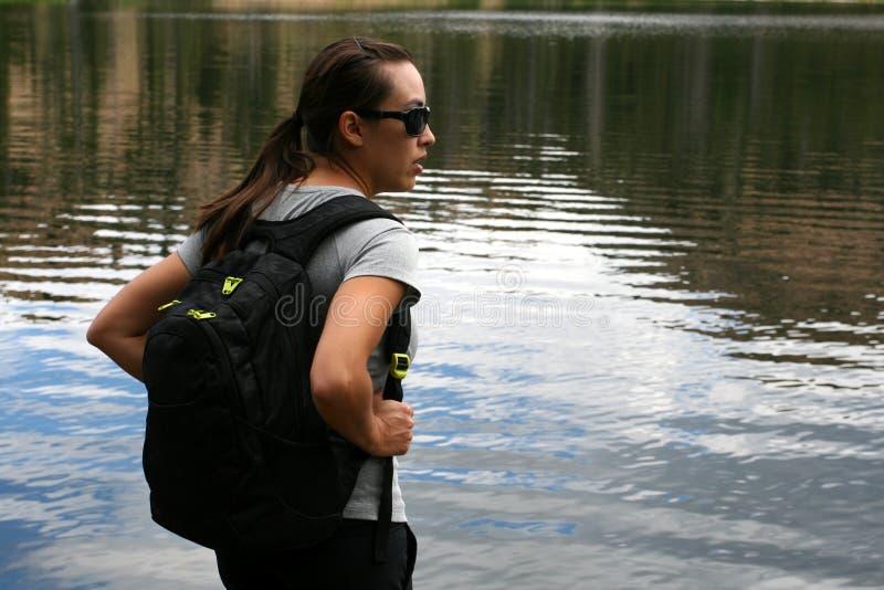 La viandante nelle montagne riposa in un lago immagini stock libere da diritti