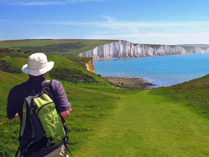 La viandante si avvicina alle scogliere bianche di sette sorelle, Sussex orientale, Inghilterra immagine stock libera da diritti