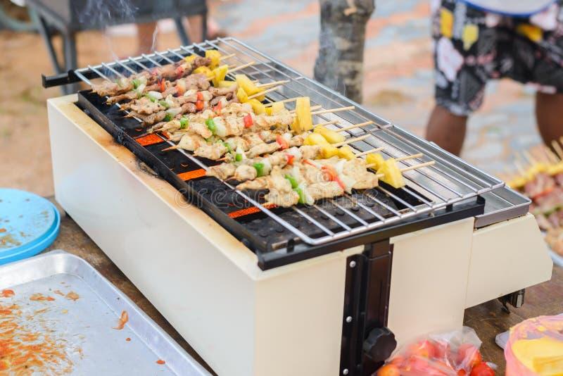 La viande assortie du poulet et le porc et les divers légumes sur le gril de barbecue a fait cuire le dîner de famille d'été photographie stock libre de droits