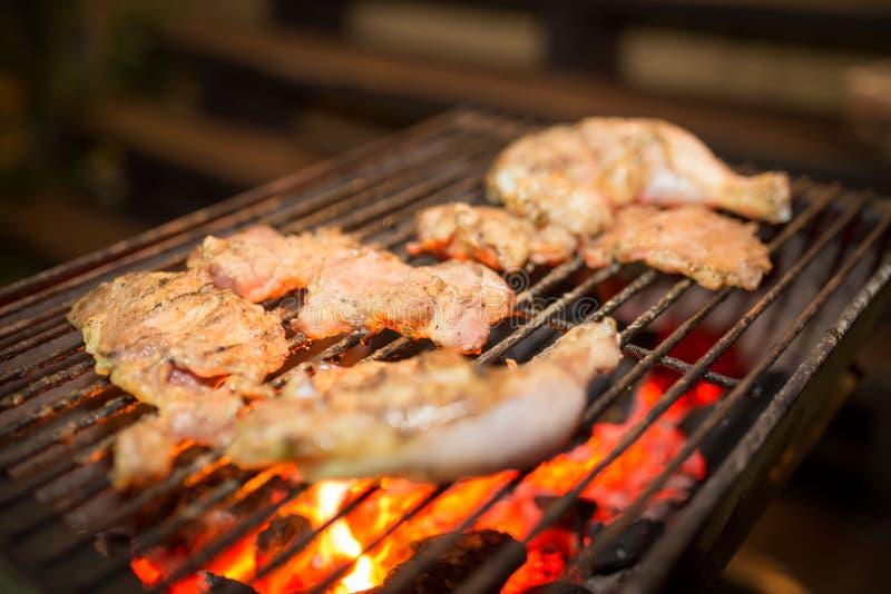 La viande assortie du poulet et le porc sur le gril de barbecue ont fait cuire pour images stock