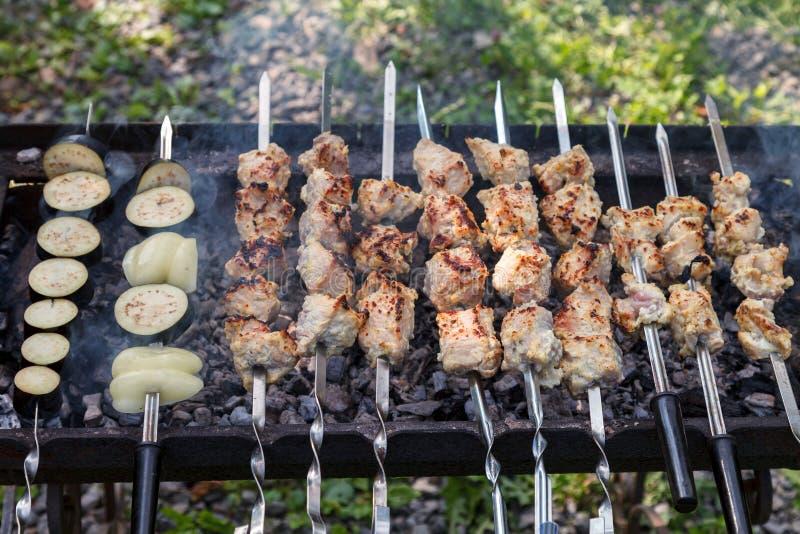 La viande de porc et les légumes hachés sont grillés sur du charbon chaud image libre de droits