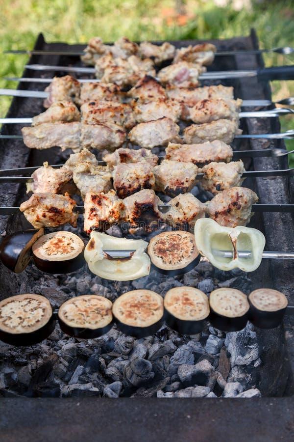 La viande de porc et les légumes hachés sont grillés sur du charbon chaud photographie stock