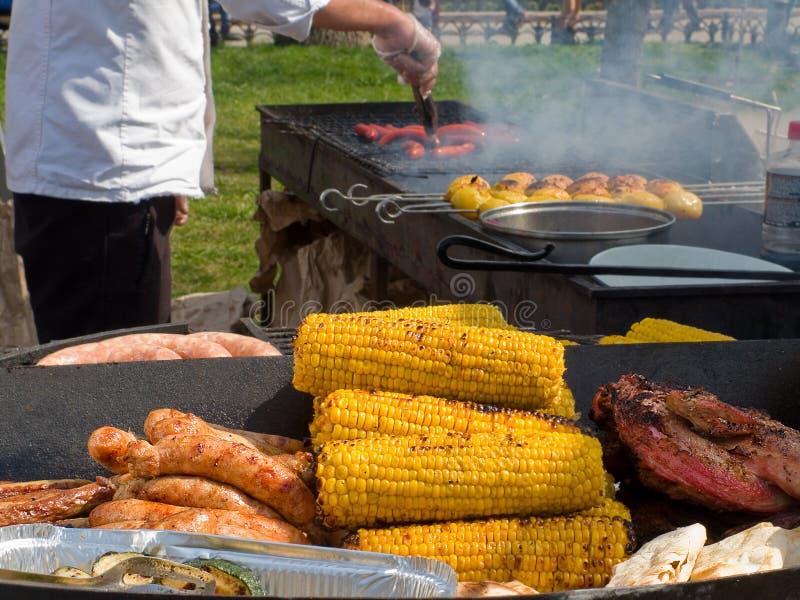 La viande et le maïs et les pommes de terre frits délicieux appétissants sur un barbecue grillent dehors photo libre de droits