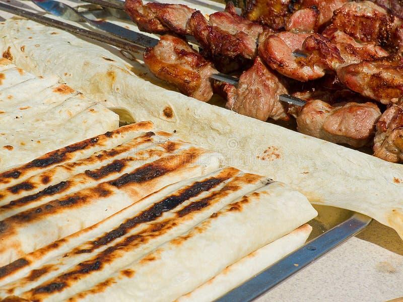 La viande et le pain pita frits délicieux appétissants avec le suluguni de fromage sur un barbecue grillent dehors photographie stock libre de droits