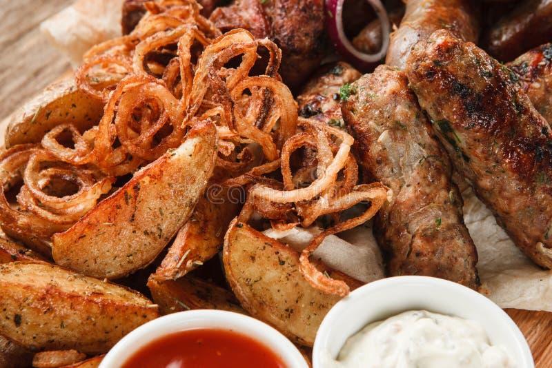 La viande et les saucisses grillées mélangées se ferment  image stock