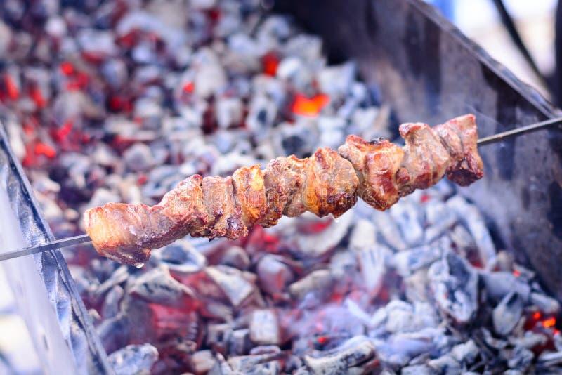La viande marinée a rôti sur les charbons dans le gril, chiche-kebab sur des brochettes Week-end de ressort, pique-nique photographie stock libre de droits