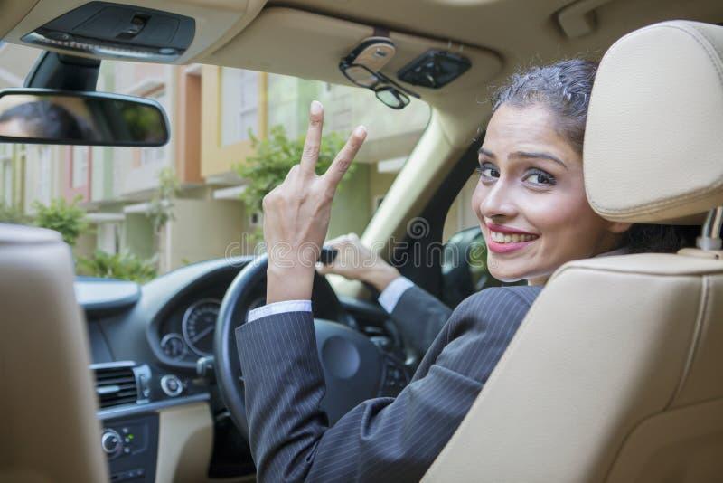 La victoire d'apparence de femme d'affaires signent dedans une voiture photos stock