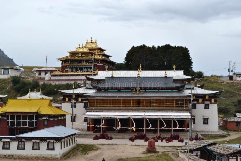 La vida alrededor del monasterio de Kirti Gompa en Langmusi, Amdo Tíbet, C foto de archivo
