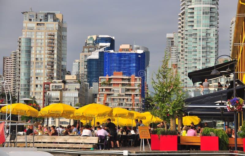 La vida de ciudad del verano con el café abierto, sombrillas amarillas, asignación archiva imagen de archivo libre de regalías