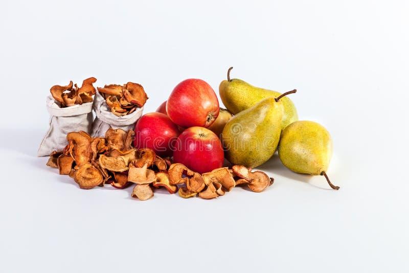 La vida de la fruta del otoño todavía secó las peras de las manzanas aisladas en el CCB blanco imagen de archivo