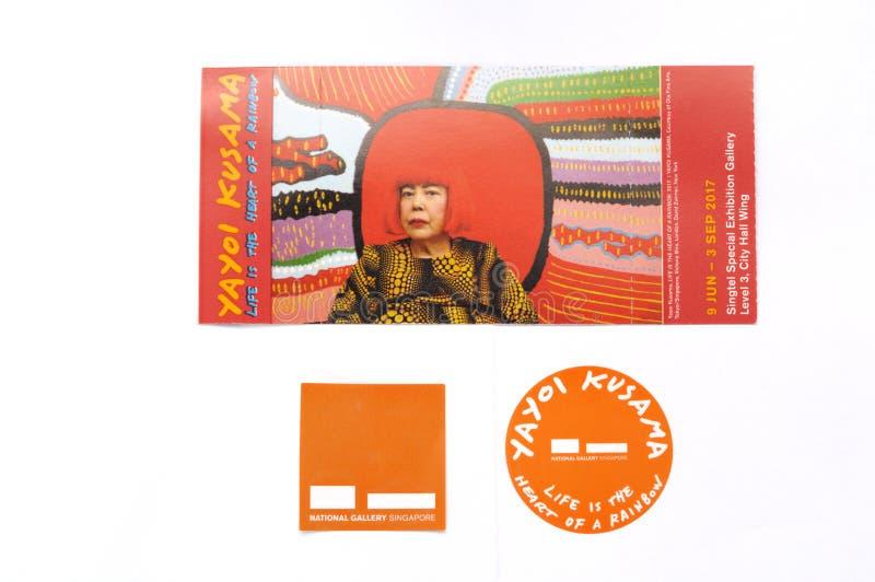 La vida de Yayoi Kusama es el corazón de un boleto de la exposición del arco iris foto de archivo libre de regalías