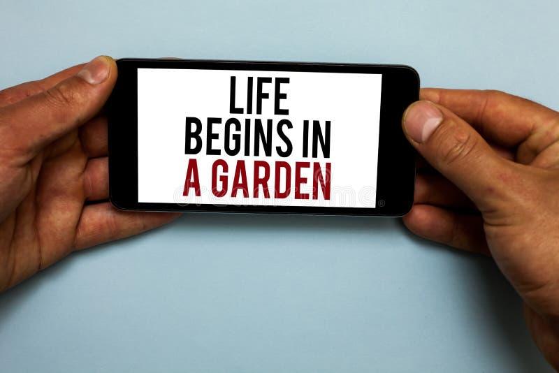 La vida del texto de la escritura de la palabra comienza en un jardín El concepto del negocio para las plantas de la agricultura  fotografía de archivo libre de regalías