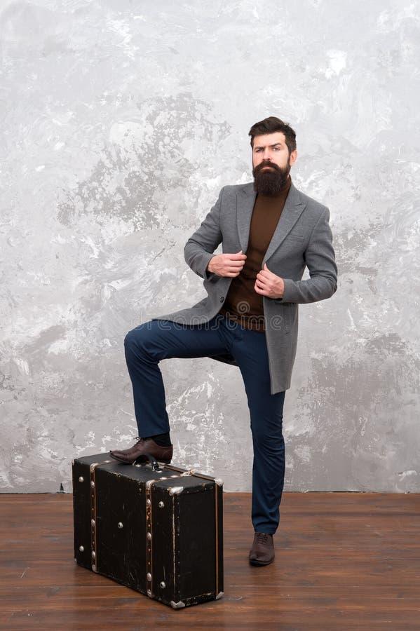 La vida es impresionante hombre barbudo con el bolso del viaje Tienda del bolso Mirada masculina de la moda aventura del viaje Vi fotos de archivo libres de regalías