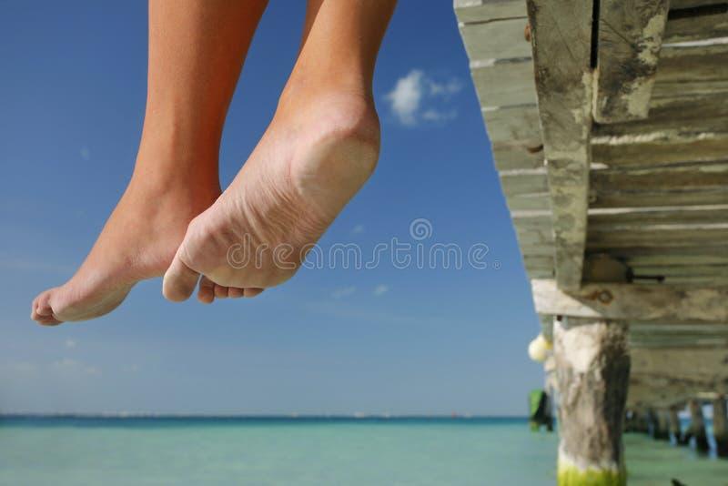 La vida es una playa (las piernas) imagenes de archivo