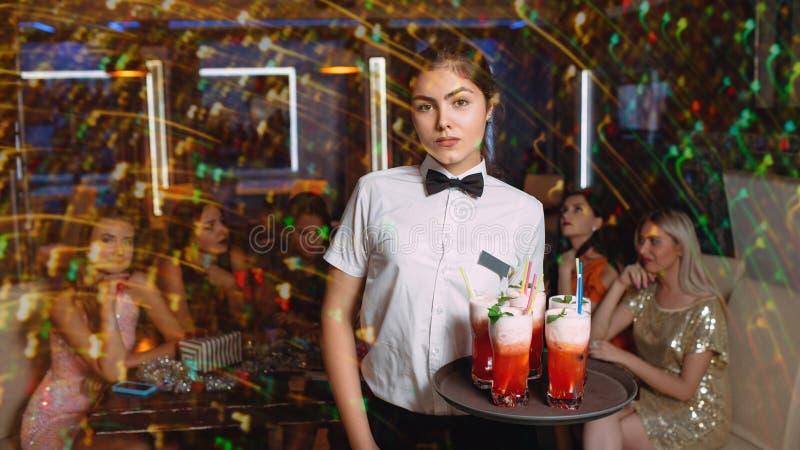 La vida nocturna de la diversión del partido del club de los amigos bebe forma de vida fotos de archivo