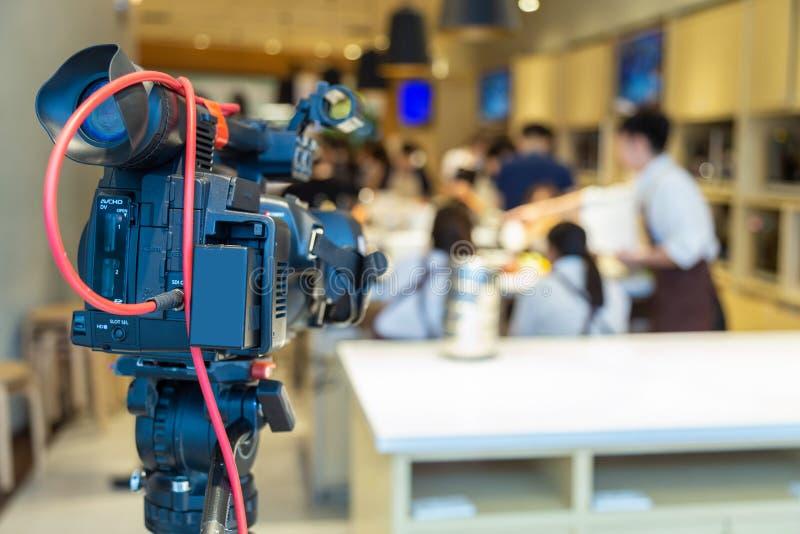 La videocamera fa una pausa nella cottura dello scool immagini stock libere da diritti