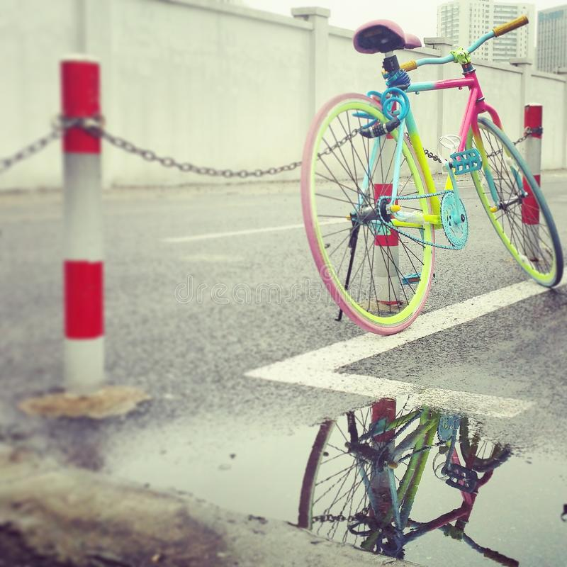 la vie colorée dans la ville moderne photos libres de droits