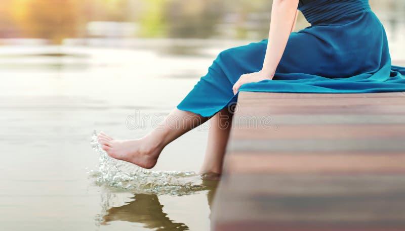La vie débranchée ou vie humaine avec le concept de nature Jeune femme détendant par la rive photo stock