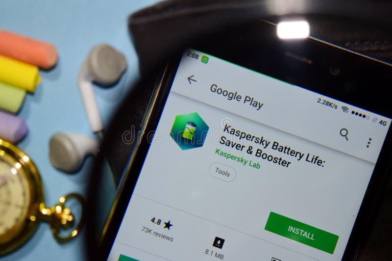 La vie de batterie de Kaspersky : Appli de réalisateur d'épargnant et de propulseur avec l'agrandissement sur l'écran de Smartpho photographie stock libre de droits