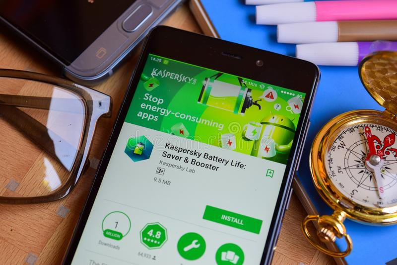 La vie de batterie de Kaspersky : Réalisateur APP d'épargnant et de propulseur sur l'écran de Smartphone image libre de droits