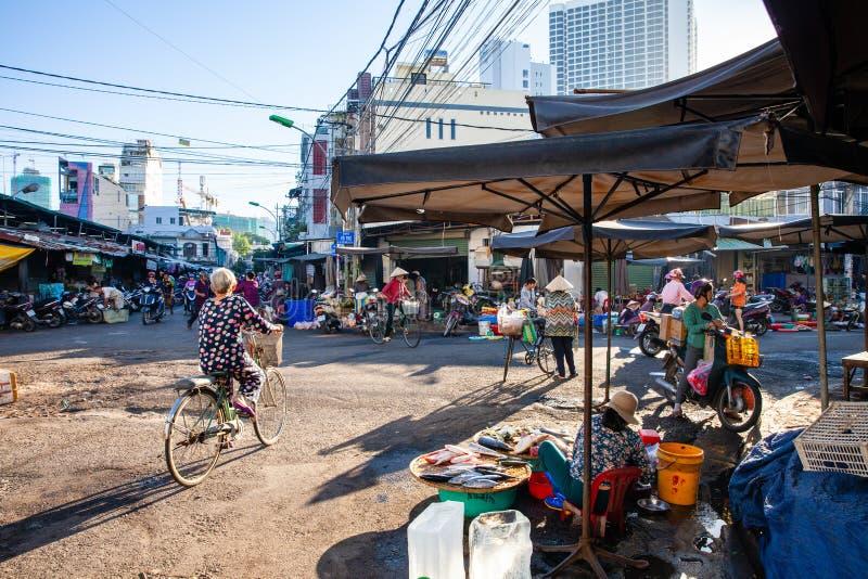 La vie de début de la matinée sur le marché en plein air vietnamien photos libres de droits