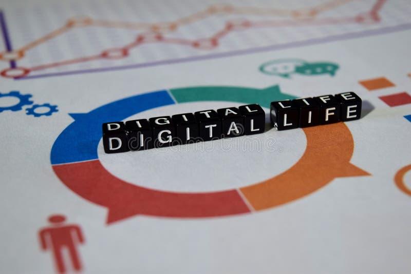 La vie de Digital sur les blocs en bois recouvrement graphique de réseau numérique de dispositif photos libres de droits