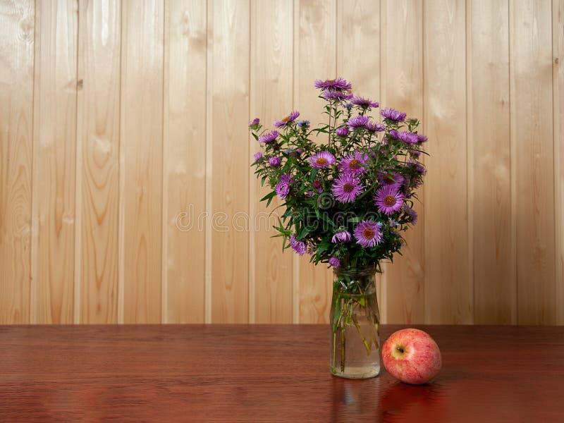 La vie de distillateur d'automne avec le groupe de fleurs photos stock
