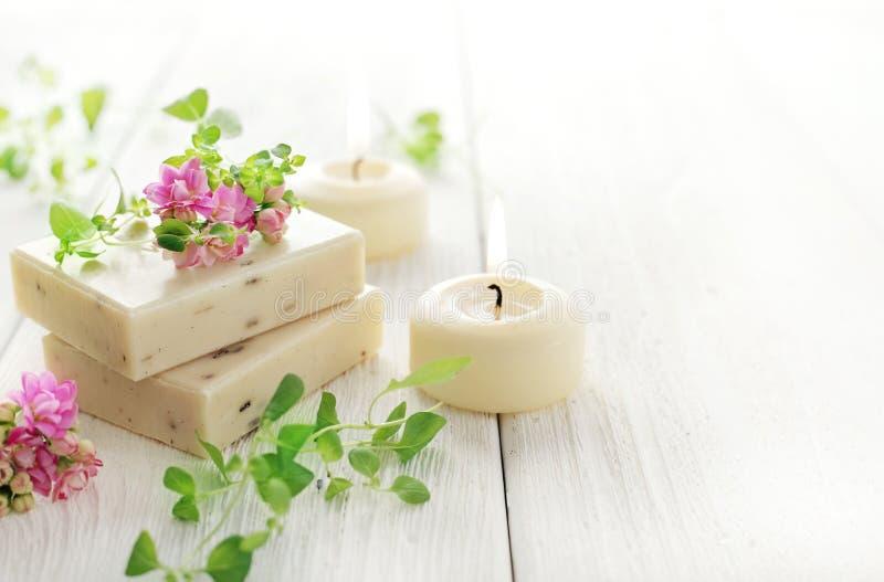 La vie de distillateur de station thermale avec des barres de savon et des bougies d'aromatherapy image stock