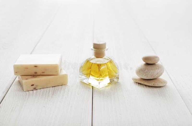 La vie de distillateur de station thermale avec les barres de savon, l'huile essentielle et les cailloux image libre de droits