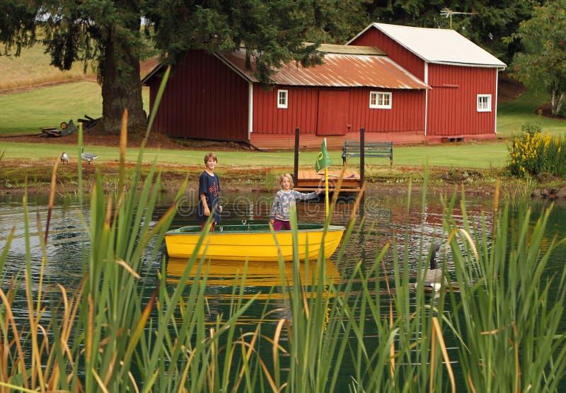 La vie de ferme pour des enfants dans un étang image libre de droits