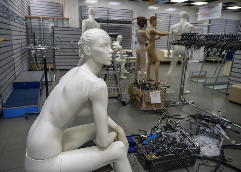 La vie de l'mannequins dans un magasin vide photo stock