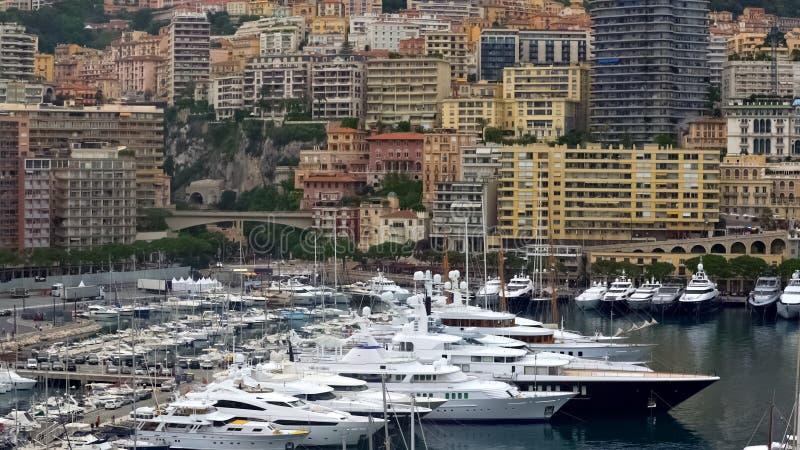 La vie de luxe au Monaco, vue sur les yachts blancs chers et les appartements modernes images stock