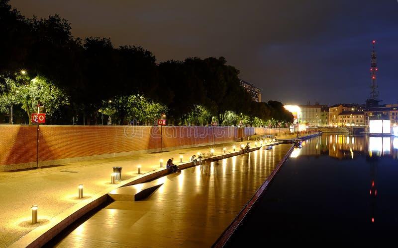 La vie de nuit colorée le long de la rivière à Milan photo stock