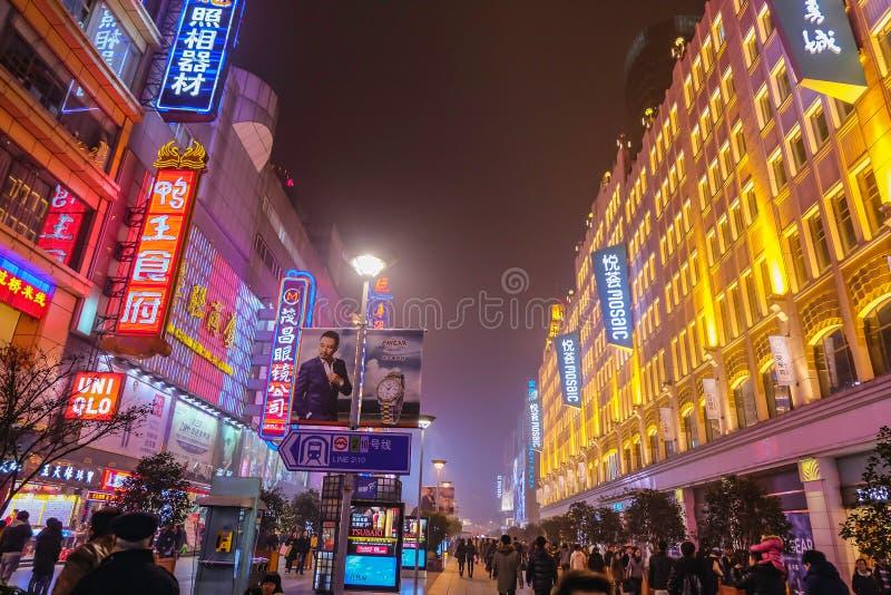 La vie de nuit des personnes marchant dans la rue de marche de route de Nanjing dans la porcelaine de ville de hai de shang photographie stock