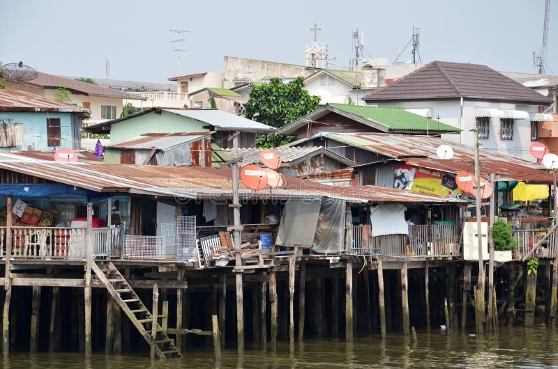 La vie de taudis et de pêcheurs de rive en Chao Phraya River image libre de droits