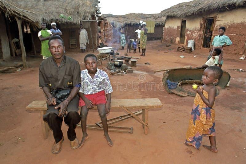 La vie de village au Ghana avec les femmes, le père et le fils photographie stock libre de droits